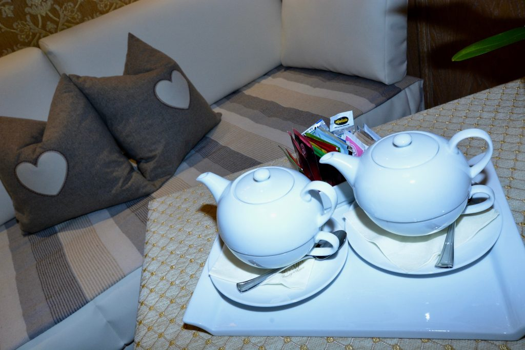 l'ora del tè all'hotel alle alpi sulle dolomiti