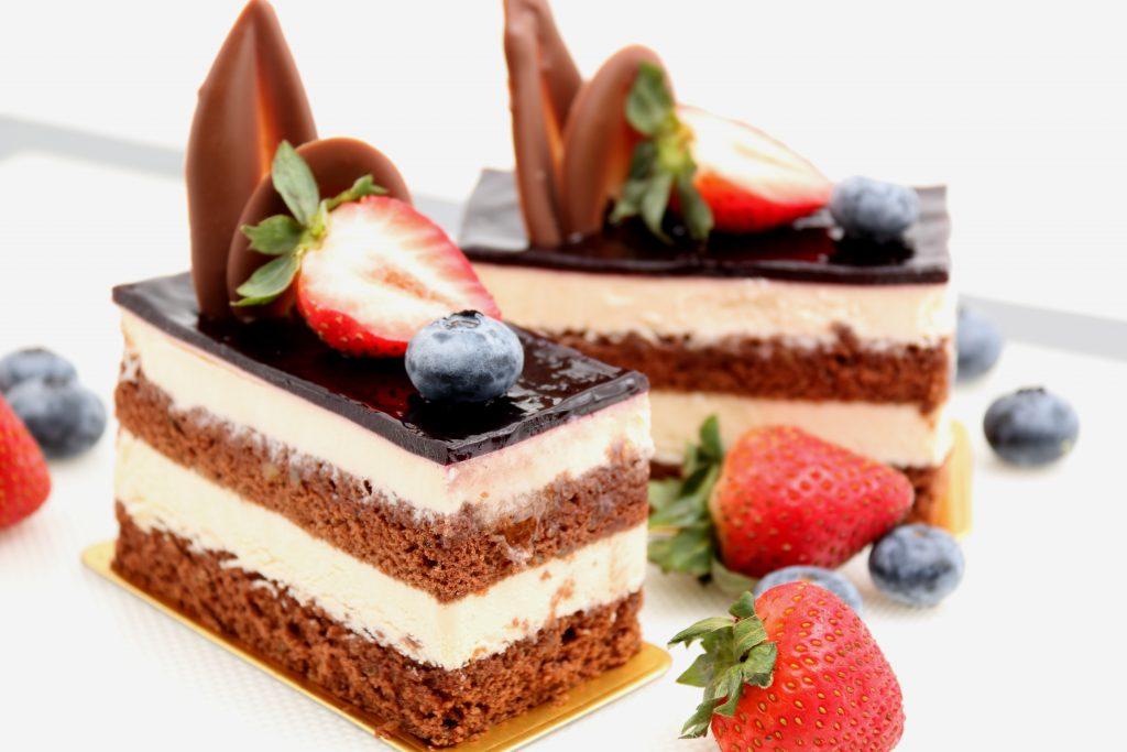 torta a strati panna cioccolato e fragole