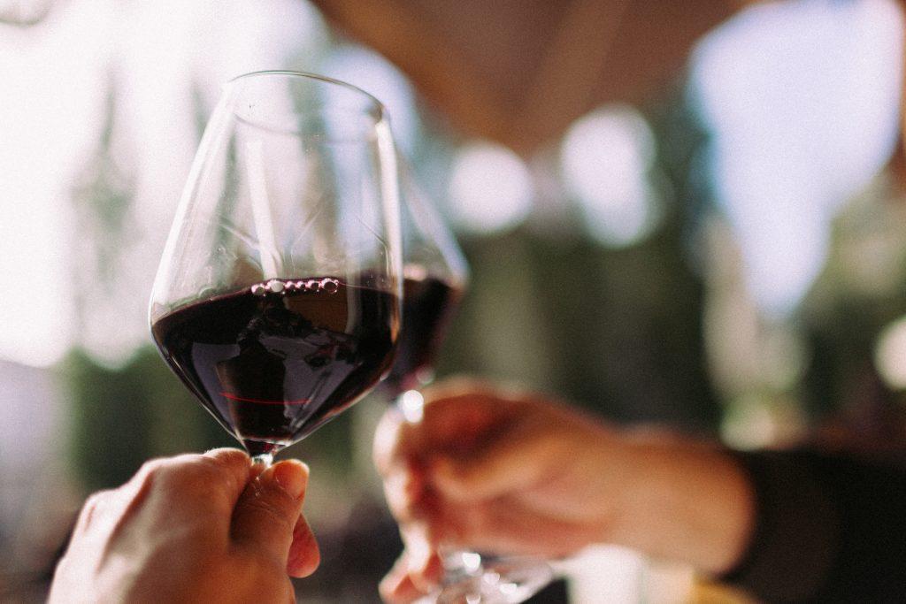 brindisi con calici di vino