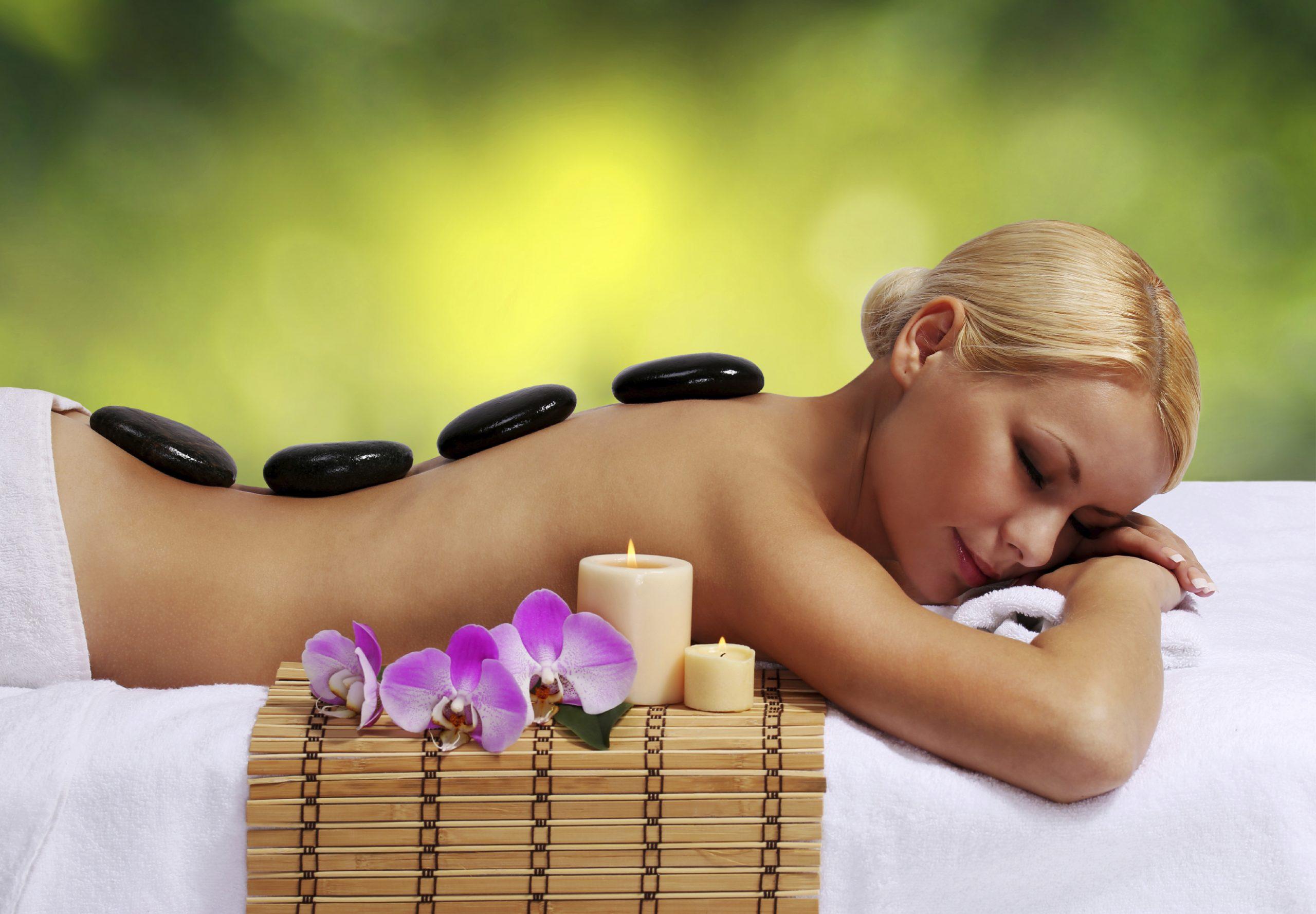 massaggio con pietre laviche presso spa hotel alle alpi