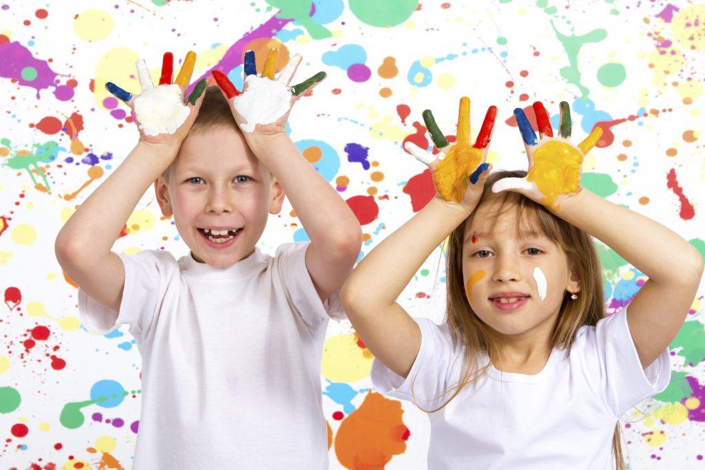 bimbo e bimba giocano con i colori durante il mini club