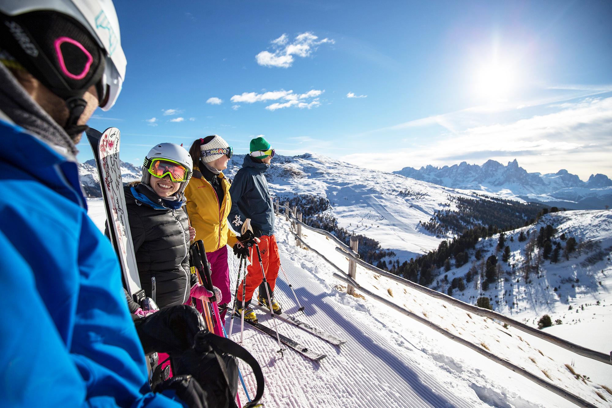 gruppo di amici a sciare in val di fassa in trentino