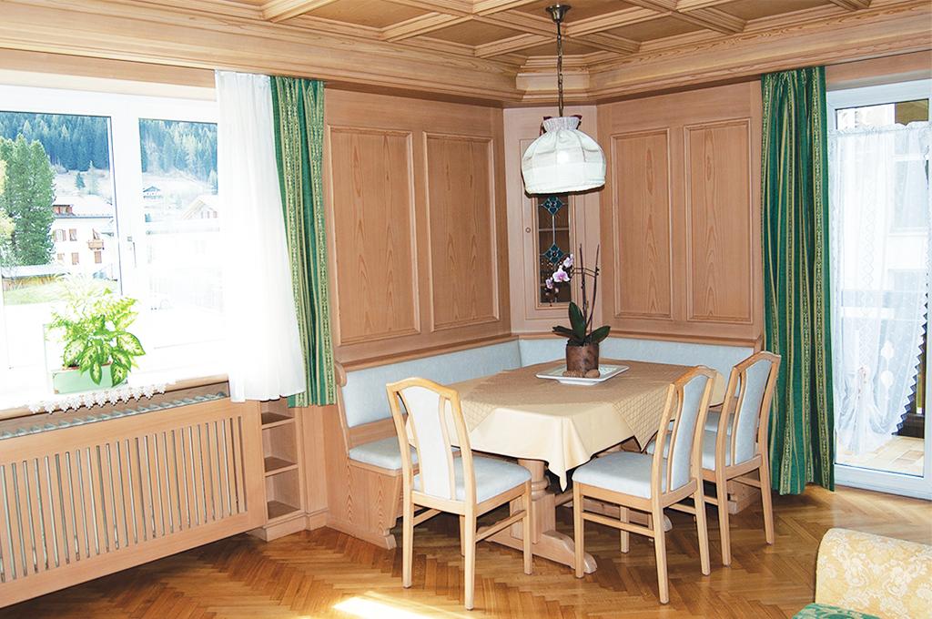 Wohnzimmer mit Balkon in der Ferienwohnung Villa Loris