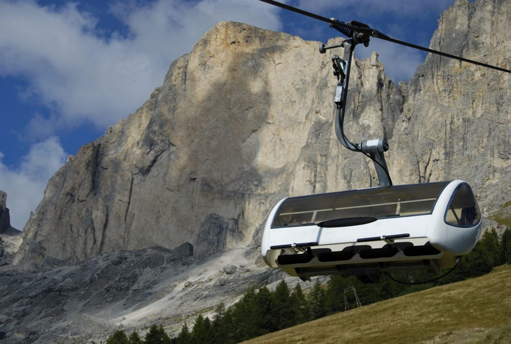 Skilifte im Fassatal in den Dolomiten im Trentino