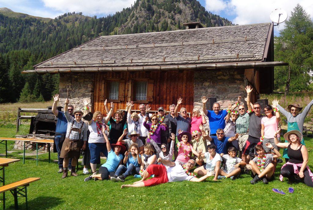 gli ospiti dell'hotel alle alpi durante una giornata estiva in malga sulle dolomiti