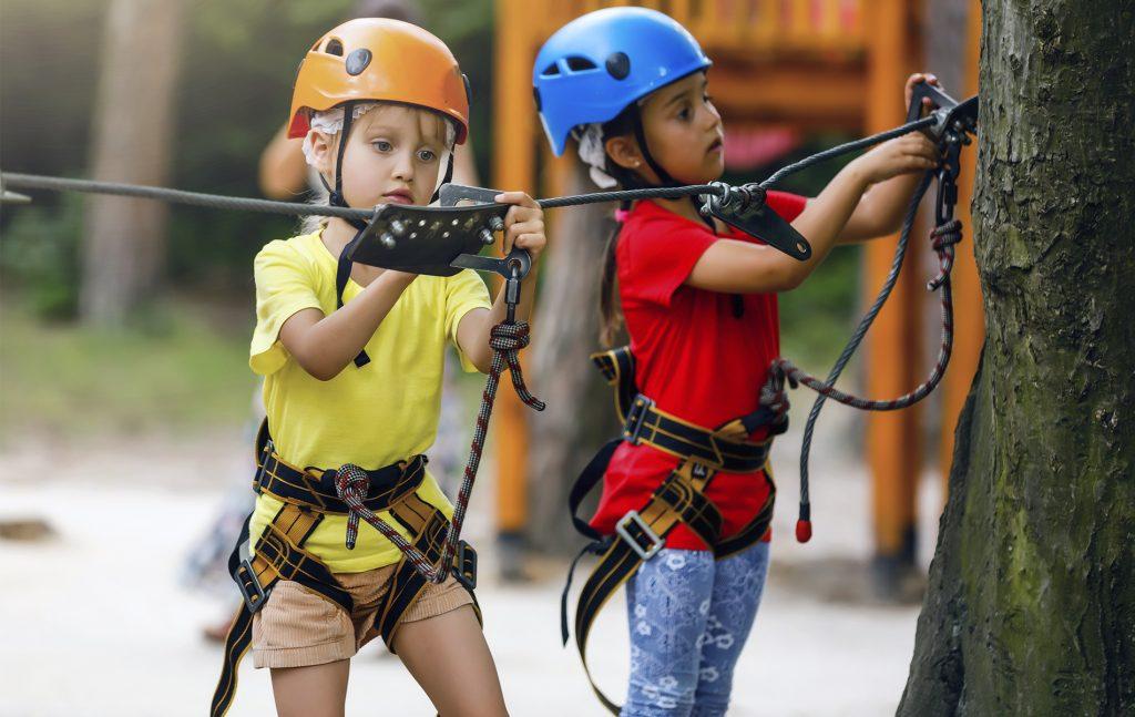 due bambini all'acropark in val di fassa