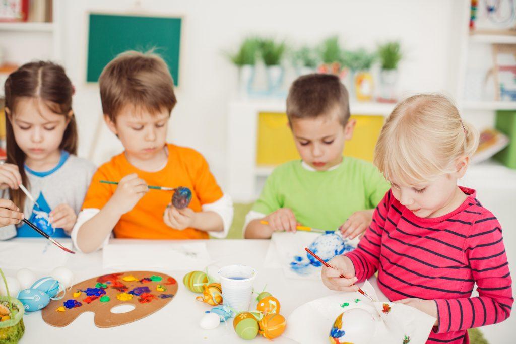 bambini pitturano le uova durante il mini club
