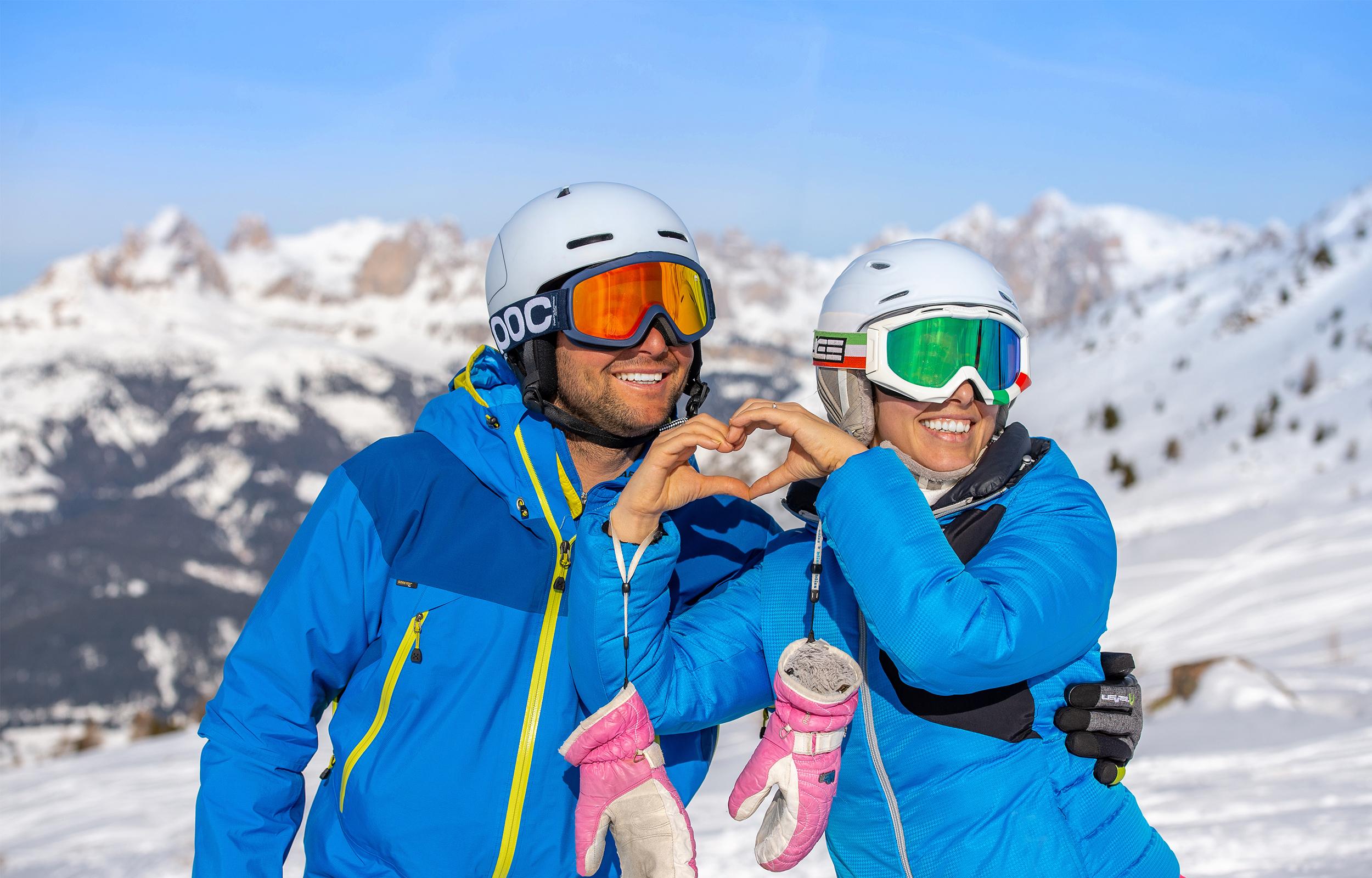 uomo e donna che sciano in val di fassa presso alpe di lusia