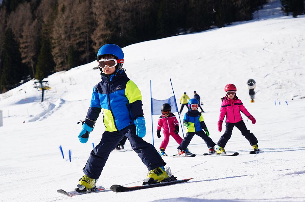 bambini imparano a sciare sulle piste da sci della val di fassa