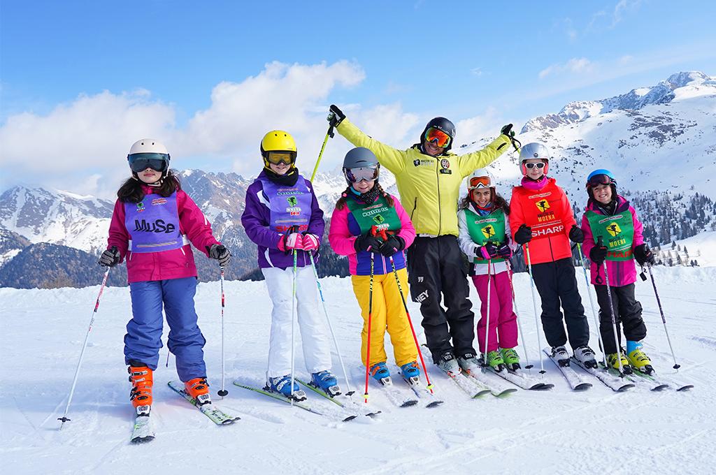 maestro di sci di moena con i suoi allievi