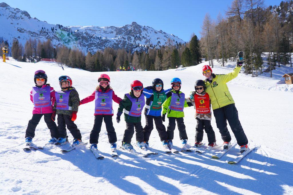 foto di gruppo di alcuni bambini della scuola di sci di moena