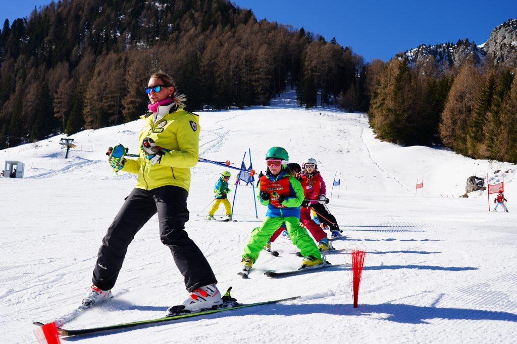 maestra insegna a sciare ai bambini a moena