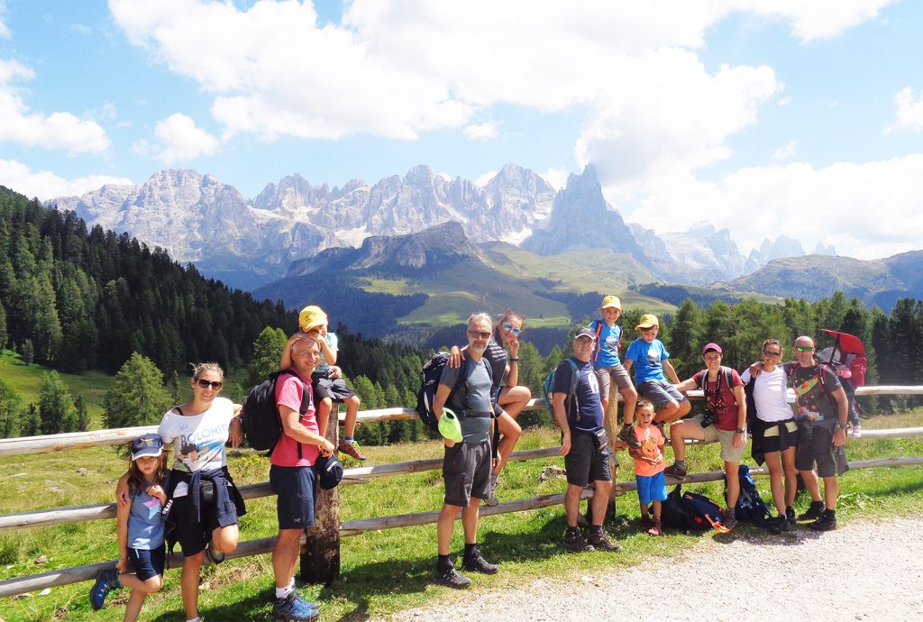 gli ospiti dell'hotel alle alpi durante un'attività del programma sportivo estivo