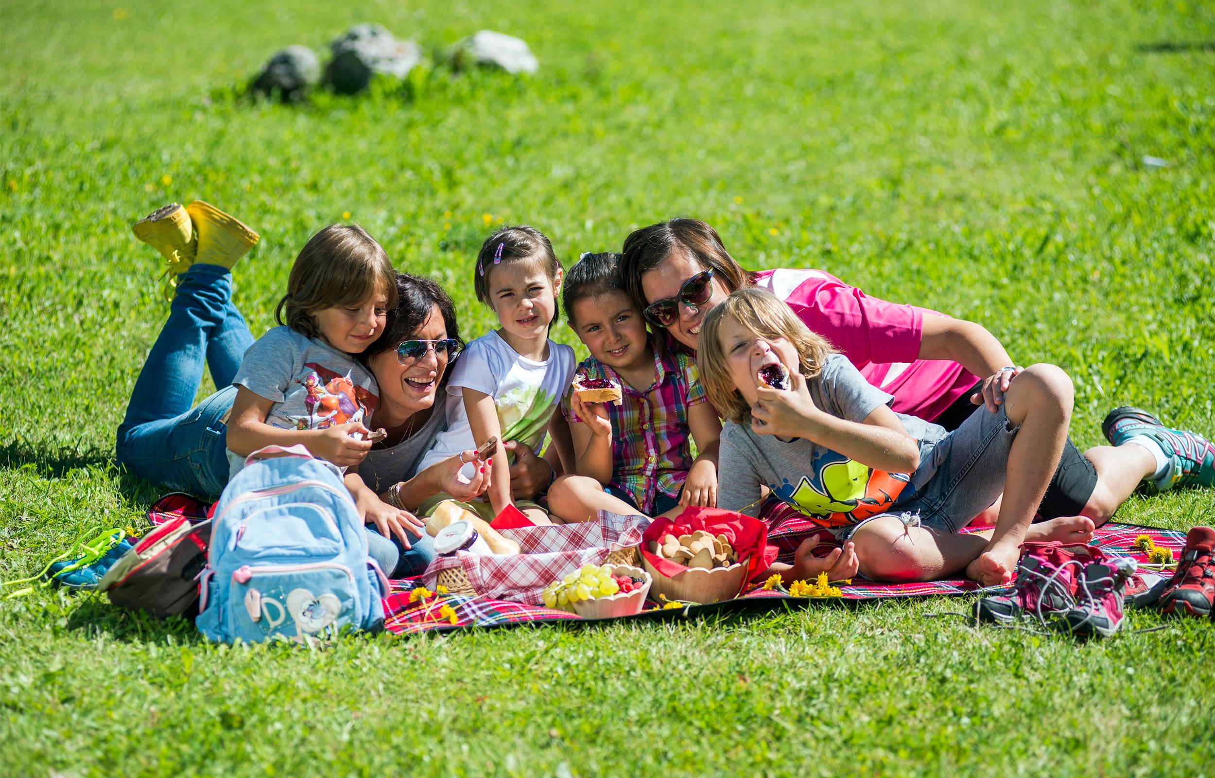 famiglia trascorre la sua vacanza estiva in val di fassa